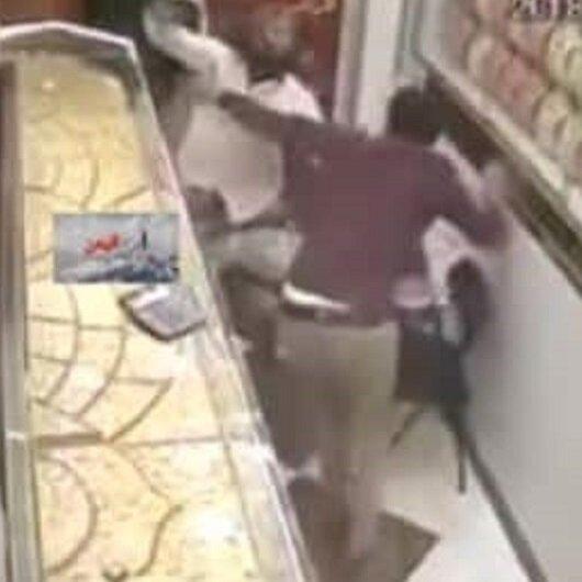 شاهد: كيف تصدى صاحب محل مجوهرات لمسلحين اقتحموا المحل بتعز