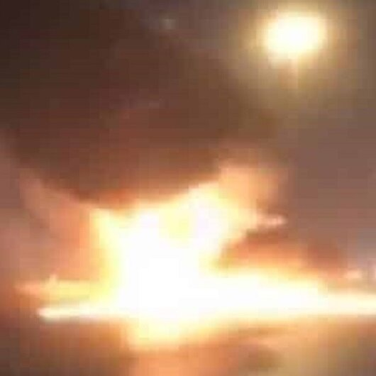 شاهد.. حريق كبير يندلع في سيارة على إحدى الطرق