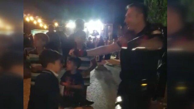 Kavgayı ayırmaya gelen polis taraflarla göbek attı