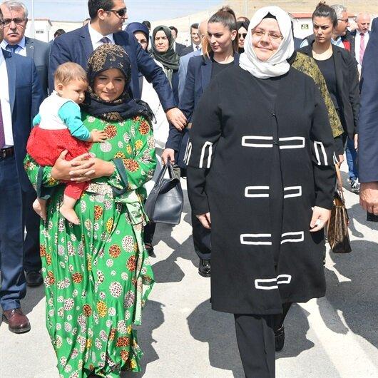 Aile Bakanı Selçuk mevsimlik tarım işçilerini ziyaret etti