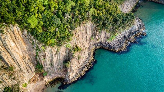 لوحات ساحرة لمنحدرات بركانية على سواحل البحر الأسود
