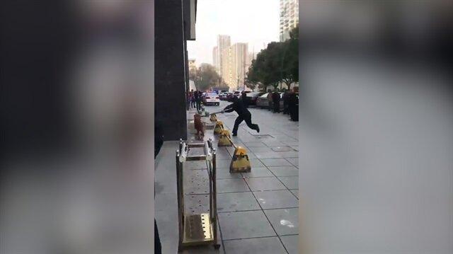 İnsanlık dışı görüntüler: Köpeğe sopayla vuran vicdansız kamerada