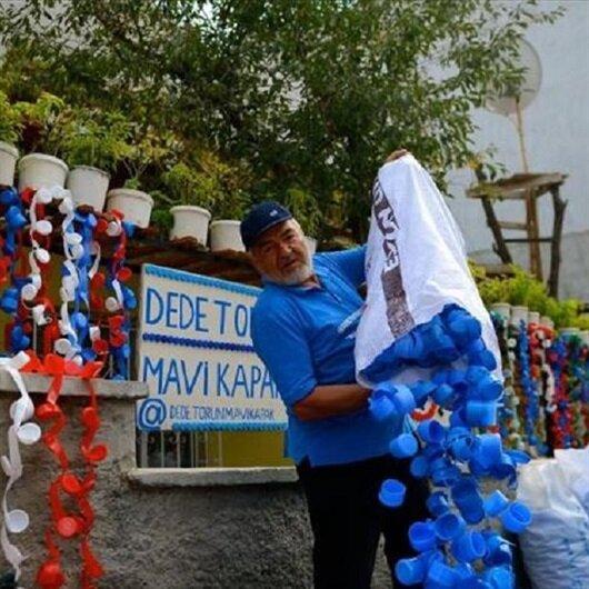 بأغطية القوارير البلاستيكية.. مسن تركي وحفيدته يساعدان الأطفال المعوقين