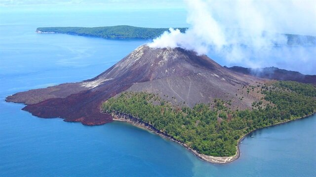 Endonezya'daki yanardağı iki günde 44 kez patladı