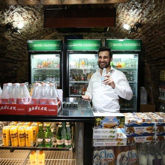 في إسطنبول.. تركي يقدّّم لزبائنه 125 نوعاً من المياه الغازية