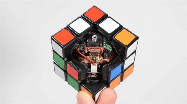 Bu Rubik Küpü kendi kendini çözüyor
