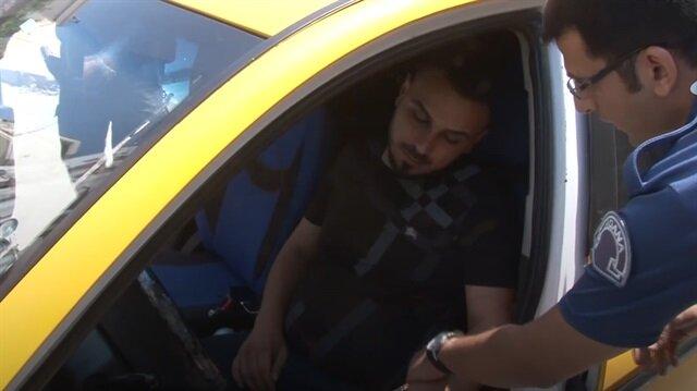 Yol ortasına park eden alkollü taksiciyi polis bile ayıltamadı