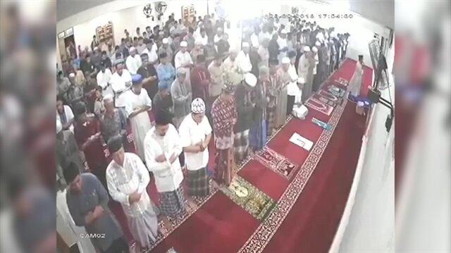 Cemaat 7,7'lik depreme namazda yakalandı