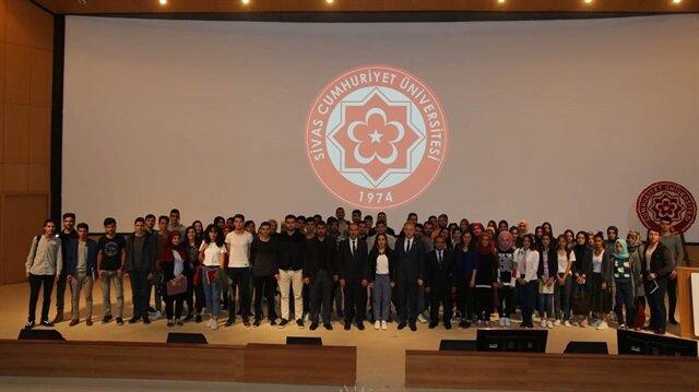 Vali Davut Gül, Cumhuriyet Üniversitesi (CÜ) Sivas Tanıtım Günleri'nde öğrencilerle bir araya geldi.