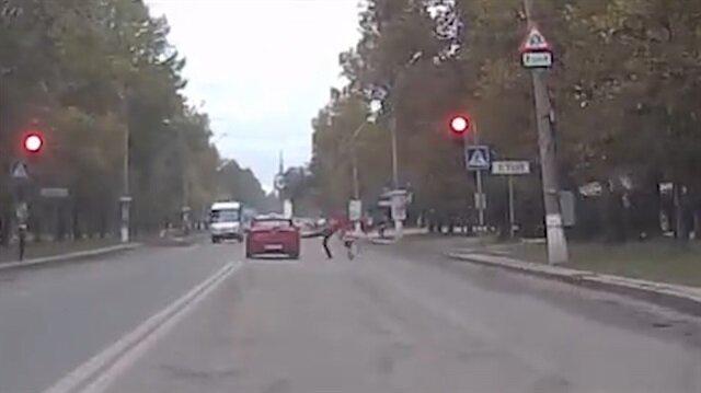 Kırmızı ışıkta geçen otomobile tekme attı
