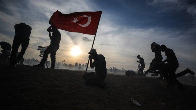 İşgalci İsraile Türk bayrağıyla direndiler