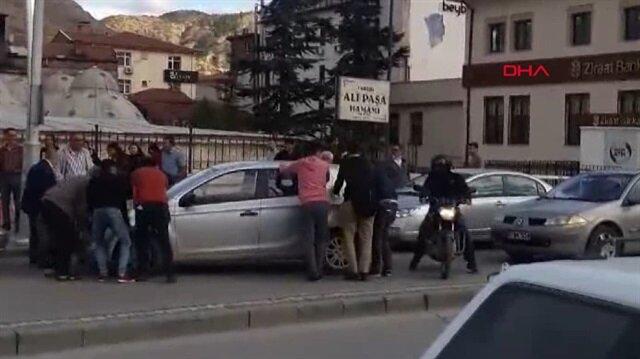 Arızalanan otomobili el birliğiyle kaldırdılar
