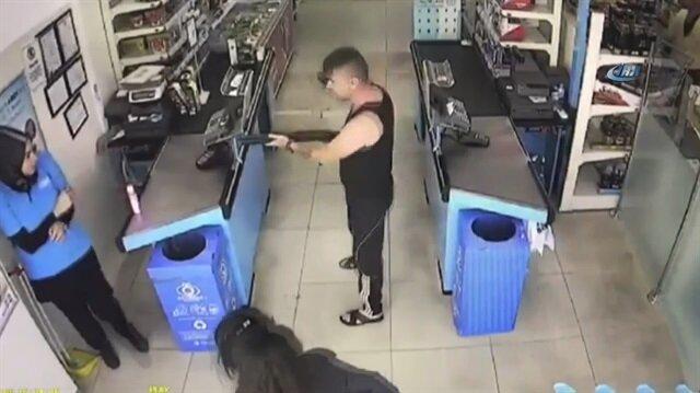Güpegündüz pompalıyla market soygunu kamerada
