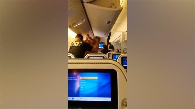 Uçakta yumruk yumruğa kavga kamerada