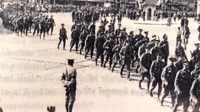 İngiliz askerlerinin yürüyüşü.