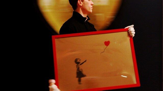 Banksy'nin 'Kırmızı Balonlu Kız' tablosu kendi kendini imha etti