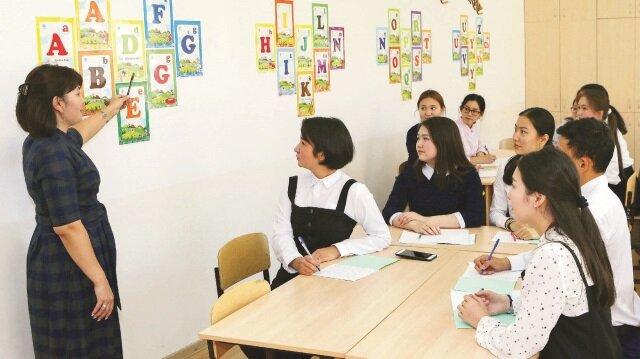 Halkın yüzde 94'ünün Rusça konuştuğu Kazakistan'da hükümet, üç aşamalı yedi yıllık alfabe reformu için toplam 218 milyar Tenge (664 milyon dolar) ayırmıştı.
