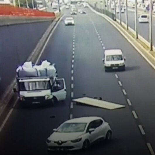 Tabelayla kamyonet kasasından akan trafiğin içine düştü