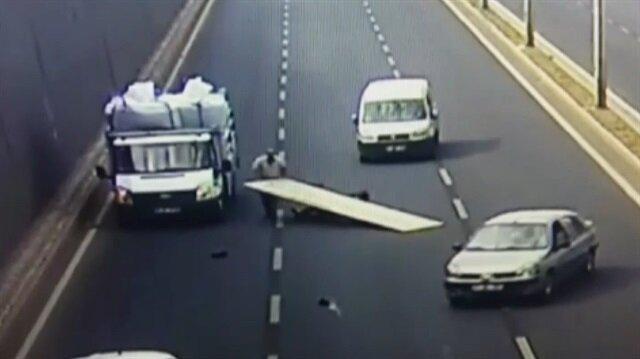 Reklam tabelasıyla birlikte kamyonetten yuvarlandı