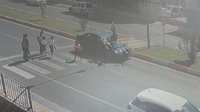 Yaya geçidinde araba çarpan anne ve çocukları havaya savruldu
