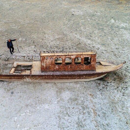 Göl çekildi: Tapulu araziler ve batık tekneler ortaya çıktı