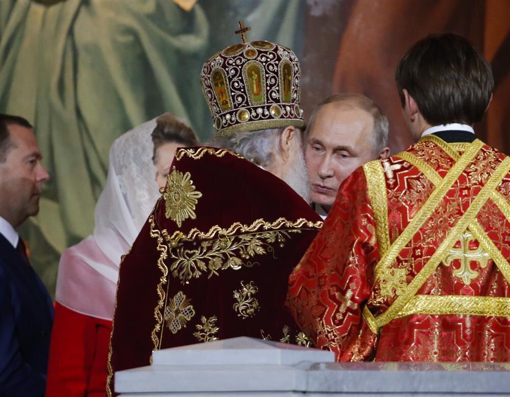 Paskalya Bayramı Rus Ortodoks kiliseleri Patriği Kirill'in yönettiği törene Rusya Devlet Başkanı Vladimir Putin ve Başbakan Dmitriy Medvedev katıldı.