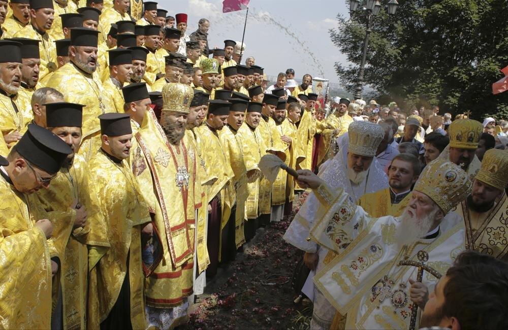 Kiev Rus Devleti'nin vaftiz edilmesinin 1026'ıncı yıldönümü dolayısı ile Kiev kentinde bulunan St Volodymyr Katedrali'nde, Ukrayna Ortodoks Kilisesi Kiev Patrikhanesi Başpsikoposu Filaret'in de katılımıyla dini tören düzenlenmişti.