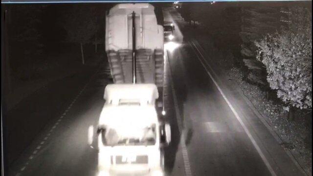 Dikkatsiz kamyon sürücüsü açık damperle EDS direğine çarptı