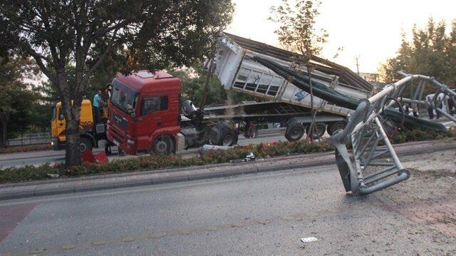 Konya'da damperi açılan kamyon EDS direğine çarptı