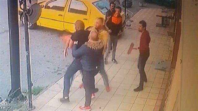 Şişe ve süpürge sapıyla kavga eden grup kamerada