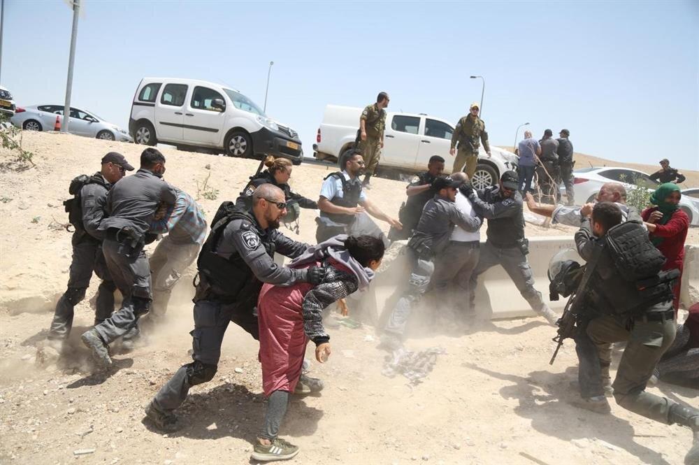 Filistinliler İsrail'in yürütmüş olduğu yıkım işlemlerine karşı koyuyor.