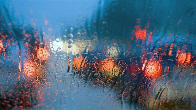 Meteoroloji tarafından paylaşılan hava durumu tahminlerinin ardından beklenen sağanak yağışlar kendini gösterdi.