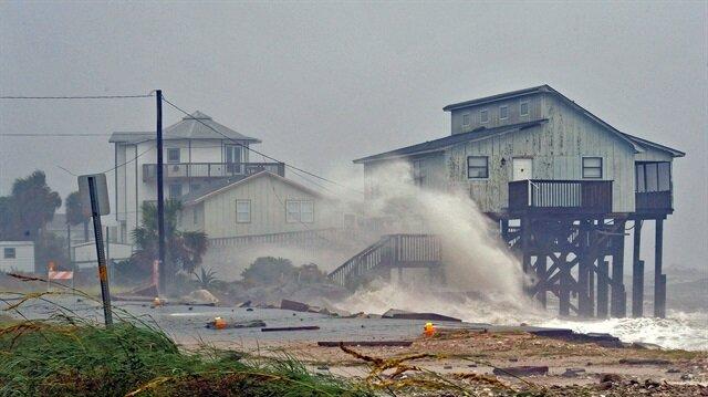 ABD'nin Florida eyaletinde şiddetini arttıran kasırga nedeniyle pek çok ev ağır hasar gördü.