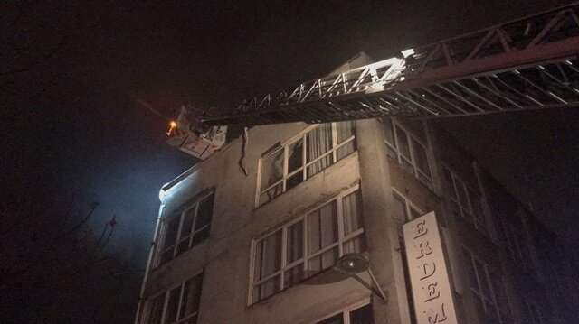 Yangın, itfaiye ekiplerinin yaklaşık yarım saatlik çalışmasıyla söndürülürken, iş yerinde hasar oluştu.