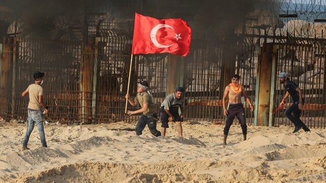 Filistinliler gösteriler sırasında Türk bayrağı taşıyor.