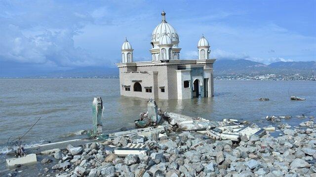 Endonezya'daki afet 'yüzen camiyi' yıkamadı