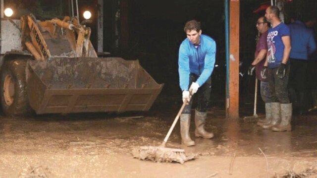 Nadal, süpürge ve küreklerle temizlik yaptı.