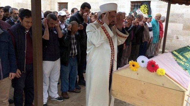 Kocası tarafından öldürülen 4 çocuk annesi kadın, kılınan cenaze namazının ardından defnedildi.