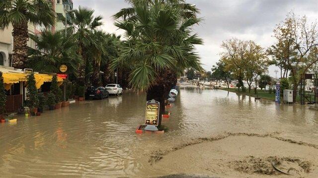 Silivri'de sahildeki yollar sular altında kaldı.