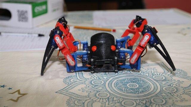 Telefon komutlarıyla oturup kalkan, 360 derece dönen ve yürüyen örümcek, dans edebiliyor.