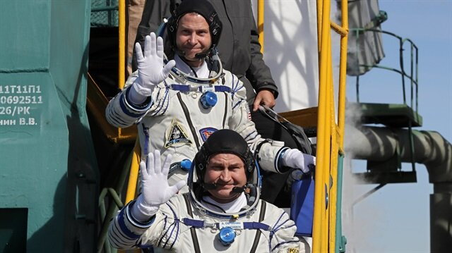 Nick Hague ve Alexey Ovchinin kalkış öncesinde kameraya el sallıyor.