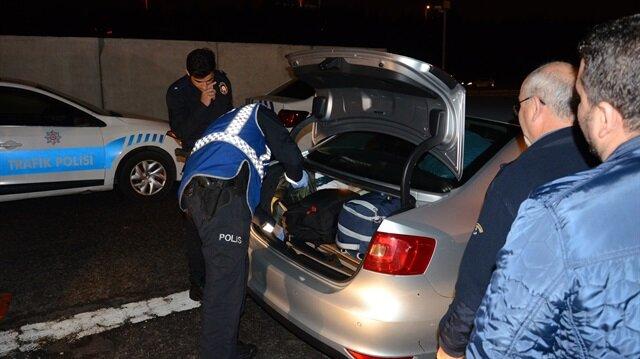 Polisler araçları didik didik arıyor