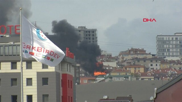 Halkalı'da bir bina alev alev yanıyor
