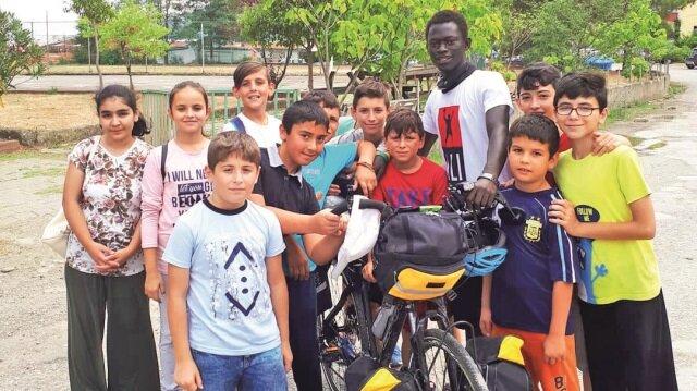 Ayancıklı çocuklar Mustafa Ndiaye'nin yola  çıkacağını öğrendiklerinde aralarında para  toplayıp ona kahvaltı ısmarlamışlar.