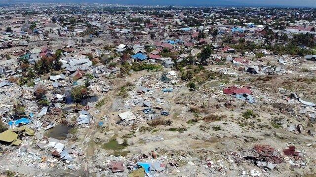Endonezya'daki deprem ve tsunami felaketinde 99 bin 471 kişi iç göç yapmaya mecbur kalırken 65 bin ev ise kullanılamaz hale geldi.