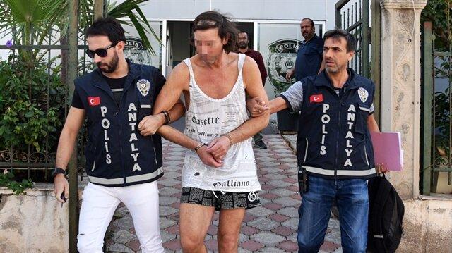 İhbar üzerine olay yerine giden polisler, villaya gizlice giren Alman turisti gözaltına aldı.