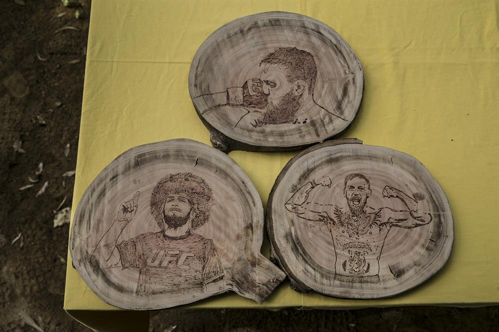 Halil Bozkurt'un yakma sanatıyla işlediği tahta parçalarında maçın üç önemli anı yer alıyor.