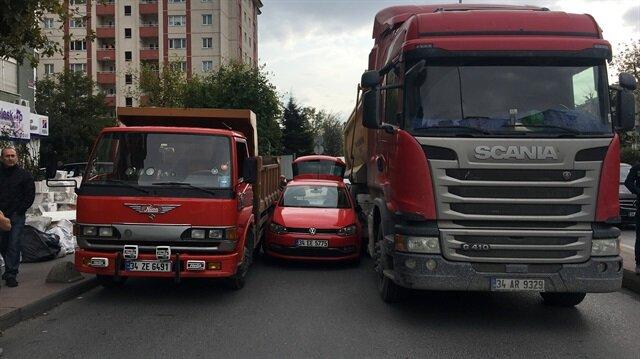 Kapılarının hepsi kamyonların arasında sıkışan sürücü bagajdan dışarıya çıkabildi.
