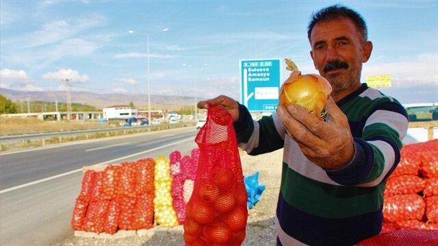 """""""Fiyatından dolayı 'kırmızı altın' olarak adlandırılan kuru soğan 1 liraya alıcı bekliyor."""