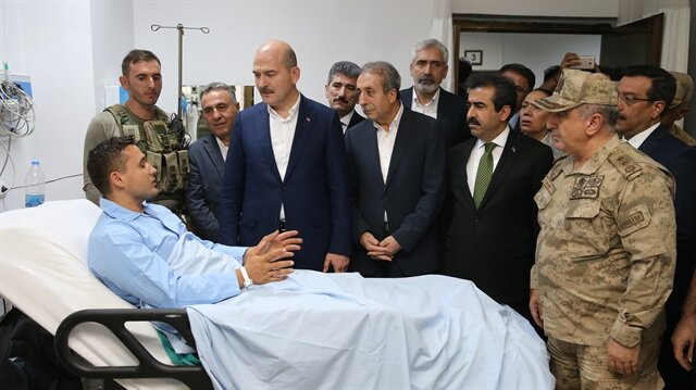 İçişleri Bakanı Soylu, Mardin'de Savur ilçesine bağlı Serenli köyünde yıldırım çarpması sonucu yaralanan ve Selahattin Eyyübi Devlet Hastanesinde tedavileri devam eden askerleri ziyaret etti.